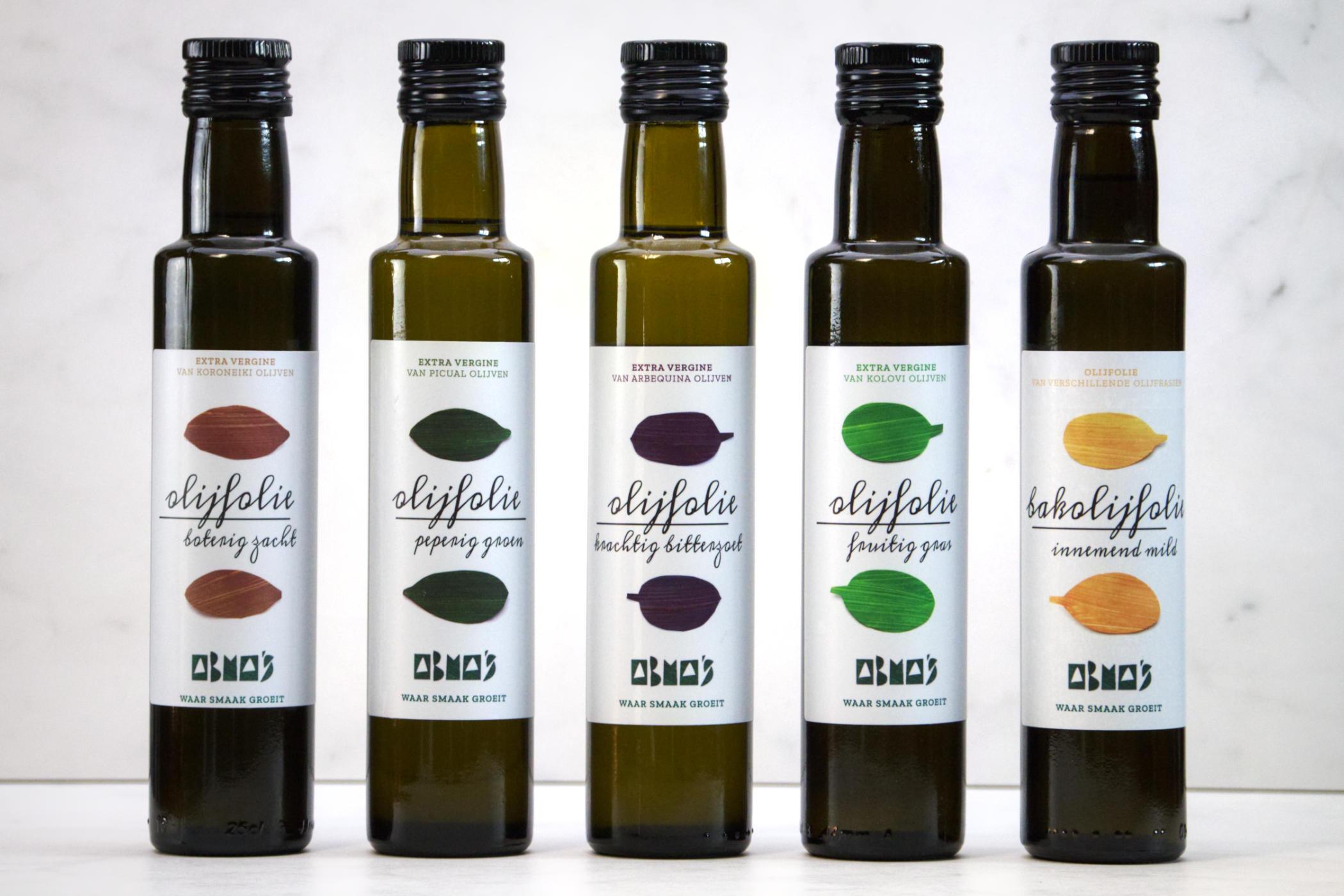 Abma's collectie olijfoliën op een witte achtergrond.